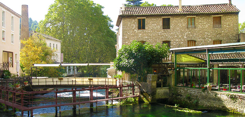 Fontaine de Vaucluse river building